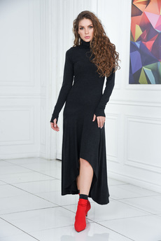 Черное платье с длинными рукавами митенками Mondigo